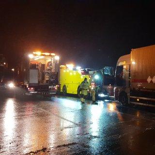 Der Lkw krachte gegen 2.20 Uhr auf der A7 in eine Baustelle, weshalb die Fahrbahn in Richtung Norden für mehrere Stunden vollgesperrt werden musste.