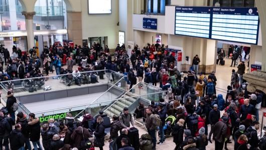 Wimmelbild! Wegen eines Stellwerksausfalls kam der Bahnverkehr in und um den Hauptbahnhof Hannover am Sonntagnachmittag stundenlang zum Erliegen.