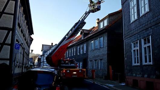 In Goslar ist musste ein Mann von der Feuerwehr mit einer Drehleiter transportiert werden.