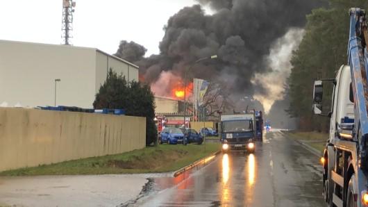 Gepresstes Altplastik und Altpapier stehe in Flammen.