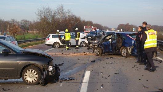 Ein Geisterfahrer ist bei dem Frontalzusammenstoß auf der A 1 bei Stuhr ums Leben gekommen. Drei Mitglieder einer Familie schweben in Lebensgefahr.