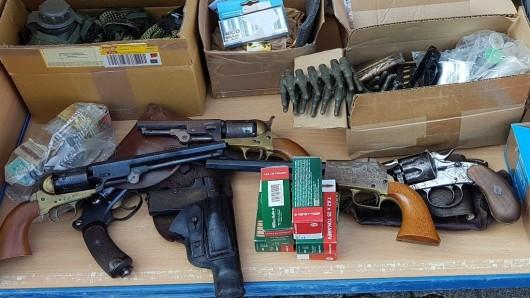 Mehr als 50 Waffen: Polizei nimmt Mann in Hannover fest – und sie finden noch viel mehr.