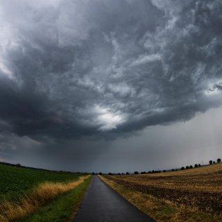 Erst zeigt sich das Wetter am Wochenende von seiner besten Seite, doch am Sonntag ziehen Gewitter auf.