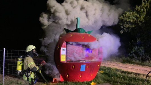 Die Feuerwehr Helmstedt musste einen Erdbeer-Verkaufsstand an der B1 löschen.