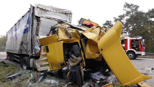 Wie durch ein Wunder überlebte der Lkw-Fahrer den Unfall auf der A2 bei Magdeburg. Jetzt ist ein Video des Crashs aufgetaucht.