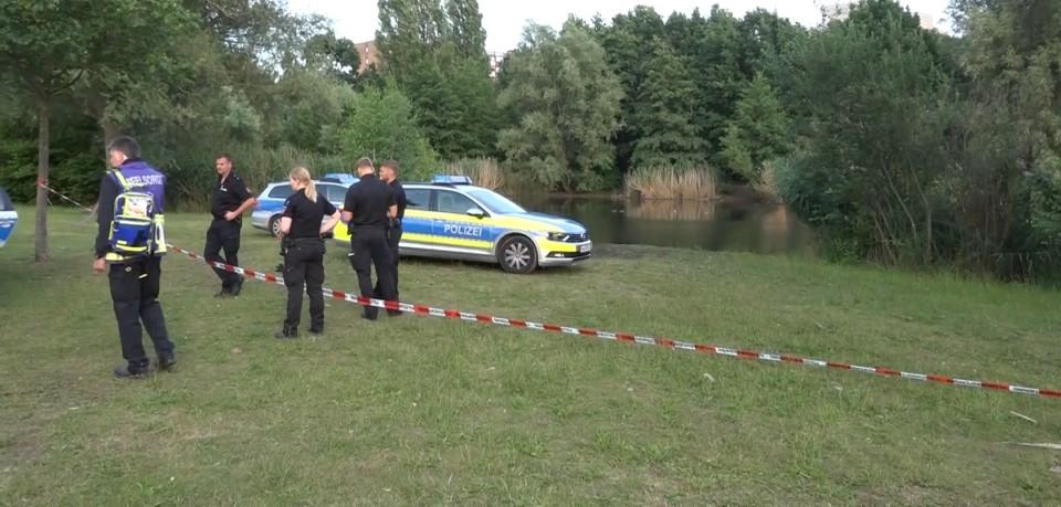 Polizisten stehen am Märchensee in Hannover. Darin ist ein Mädchen am Freitagabend ertrunken.