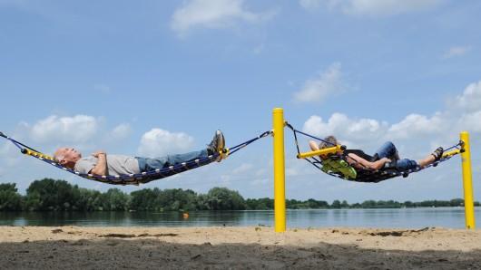 Ein Paar ruht sich in den Hängematten am Ufer des Salzgittersees aus.