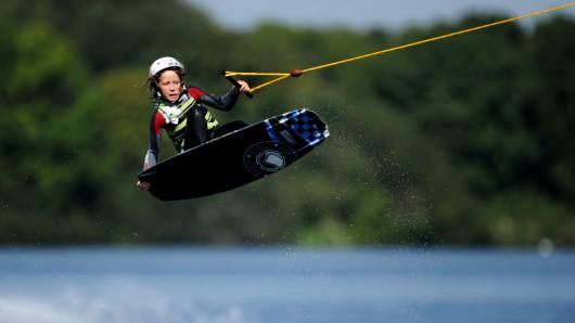 Ein Nachwuchs-Wakeboarder in Aktion.