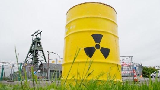 Ein künstliches Atomfass steht vor dem Atomendlager Schacht Konrad in Salzgitter.