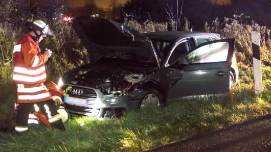 Eines der beteiligten Autos landete auf dem Grünstreifen.