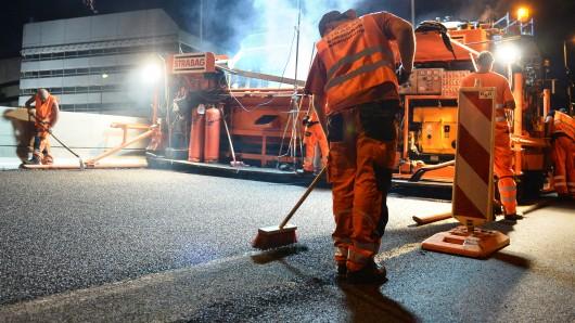 Im Zuge der Erneuerung der Brückenbauwerke auf der A7 im Wöhlertal und im Innerstetal sind umfangreiche Reparaturarbeiten am Fahrbahnbelag notwendig (Symbolbild).