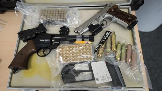 Vom Zoll sichergestellte Waffen. (Archivbild)