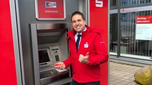 Filialleiter Thomas Wolff freut sich über den mobilen Geldautomaten.
