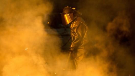 Ein Mitarbeiter der Salzgitter AG bereitet im Stahlwerk Salzgitter einen Abstich am Hochofen vor. (Archivbild)