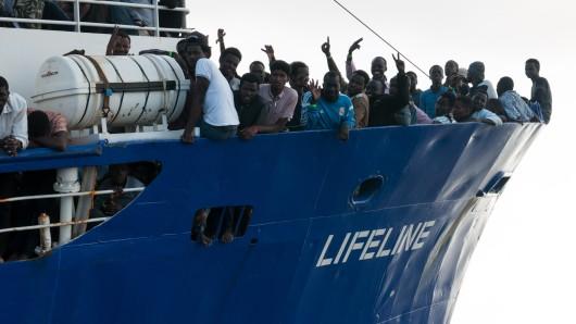 Flüchtlinge stehen am Bug des Rettungsschiffes Lifeline der deutschen Hilfsorganisation Mission Lifeline.