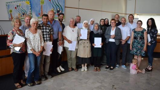 Kursleiter Ertan Tahtaci (3. von rechts) übergab den zertifizierten Integrationslotsinnen und -lotsen im Beisein von Stadträtin Christa Frenzel (6. von rechts) die Urkunden.