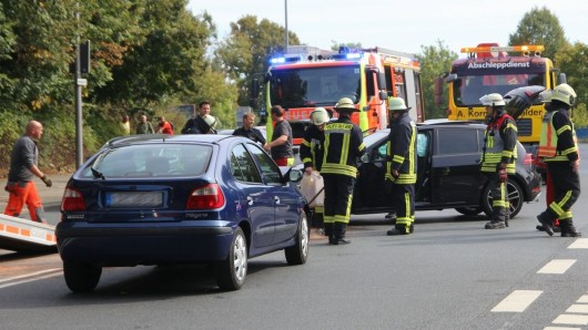Die Feuerwehr musste Flüssigkeiten auf der Straße beseitigen.
