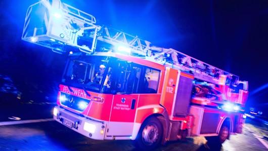 Die Feuerwehr ist zur Zeit vor Ort (Symbolbild).