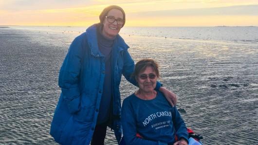 Gislinde Holewa und Susanne Kliene an der Nordsee.