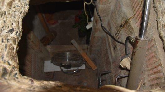 Eines der Häuser wurde unterhöhlt, um einen Keller für die Cannabis-Plantage anzulegen.