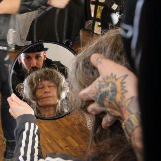 Die Barber Angels schlagen ihre Zelte in Salzgitter auf, um Obdachlosen in der Vorweihnachtszeit die Haare zu schneiden.