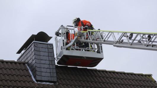 Bei einem Schornsteinbrand muss die Feuerwehr besonders behutsam vorgehen.