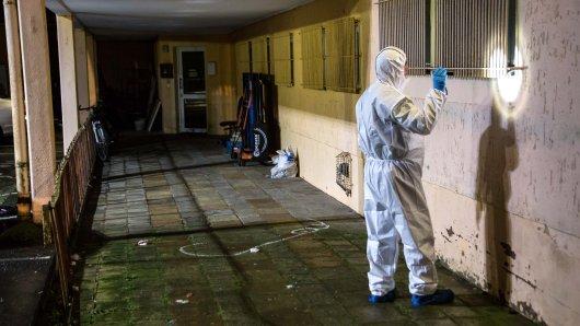 Ein Spurensicherer ist direkt nach der Tat am Tatort in Salzgitter. Das Opfer wurde auf dem Boden liegend gefunden.