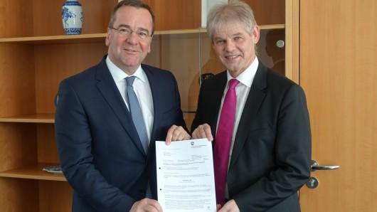 Übergabe des Bescheides zur Bedarfszuweisung durch den niedersächsischen Minister für Inneres und Sport, Boris Pistorius, an Oberbürgermeister Frank Klingebiel.