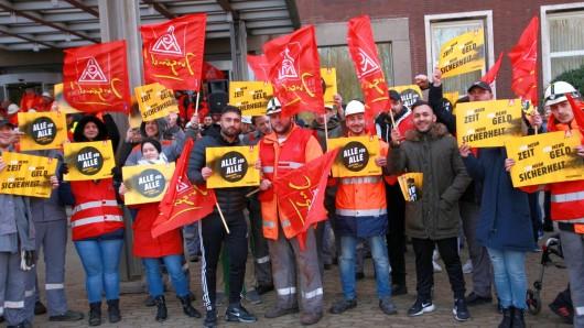 Wir machen das mit den Fähnchen: Beschäftigte der Salzgitter AG sind am Montag in den Warnstreik getreten.