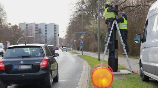Mitarbeiter montieren einen neuen festen Blitzer in Salzgitter. Diese Säule steht auf der Kattowitzer Straße Höhe Römerbad  in Richtung Salder.