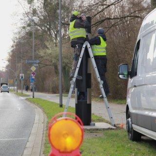 Bereits Mitte März wurden die neuen Blitzer installiert. Diese Säule steht auf der Kattowitzer Straße Höhe Römerbad  in Richtung Salder. (Archivbild)