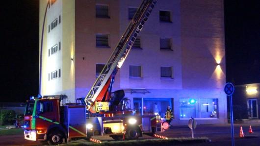 Der Brand hielt die  Bewohner des fünfstöckigen Wohnhauses in Salzgitter-Lebenstedt in Atem.