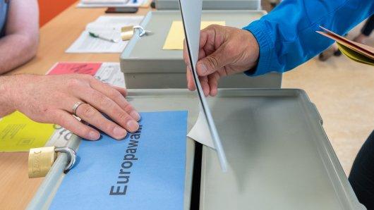 Ein Wähler wirft seinen Stimmzettel zur Europawahl in die Wahlurne.