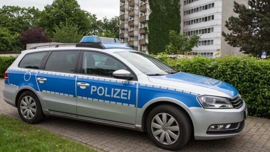 In Salzgitter wurde ein Frau verletzt vor einem Wohnhaus gefunden. Möglicherweise ist sie aus einem oberen Geschoss gefallen.