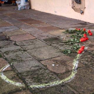 Rote Rosen lagen am Tatort in Salzgitter. (Archivbild)