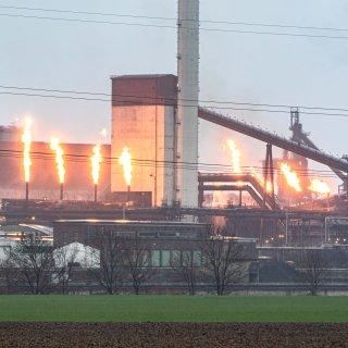 Bei der Salzgitter AG leuchten am Mittwoch acht Fackeln. So manch einem kam das komisch vor...