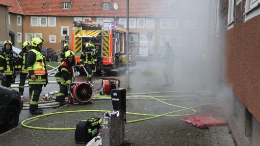 Die Feuerwehr hat zwei Menschen aus einem Wohnhaus geholt. Dort ist nach ersten Angaben ein Feuer im Keller ausgebrochen.