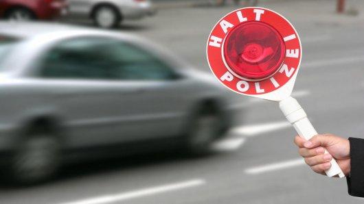 Eine Frau hat in Salzgitter für Chaos gesorgt. Die Polizei musste die 70-jährige Autofahrerin stoppen. (Symbolbild)