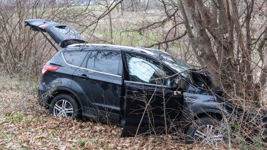 Tödlicher Unfall in Salzgitter. Ein Auto ist gegen einen Baum gekracht.