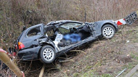 Der Wagen wurde bei dem Unfall in Salzgitter völlig zerstört. Er landete im Graben.