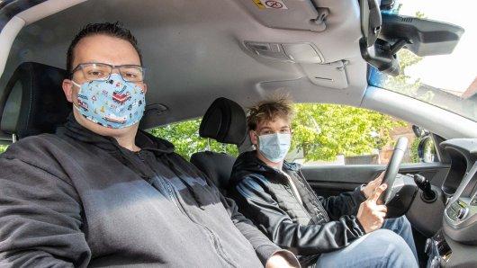 Fahrlehrer Jan David Bothe und Fahrschüler Dustin Firnhaber in Salzgitter Bad.