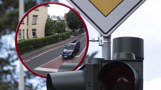 In Salzgitter prallt ein Auto gegen eine Ampel, ein weiterer Verkehrteilnehmer reagiert unmöglich. (Symbolbild)