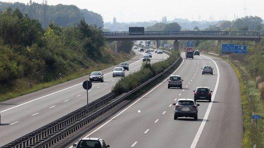 Als ein Mann unter einer Brücke auf der A39 durchfährt, wird es für ihn plötzlich richtig gefährlich. (Symbolbild)