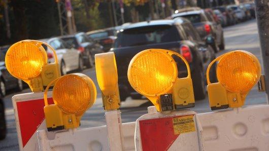 Ein Transporterfahrer musste eine Bake von der Straße räumen. Als er zu seinem Fahrzeug zurückkehren will, folgt der Schock! (Symbolbild)
