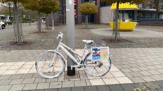 In Salzgitter stehen an verschiedenen Stellen weiße Fahrräder. Was dahinter steckt, verraten wir dir hier.