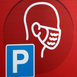 Auf einem Penny-Parkplatz in Salzgitter hat es ein verbotenes Treffen gegeben. Die Polizei hat die Corona-Party am Sonntag beendet. (Symbolbild)