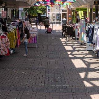 In der Einkaufspassage in Salzgitter hängen nun bunte Schirme.