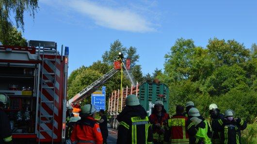 Auf der L495 hat ein Lkw mit einer Ladung Holz Feuer gefangen. Aktuell ist die Feuerwehr im Einsatz.
