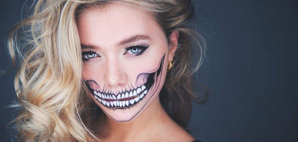 Frau mit aufgemaltem Skelett im Gesicht.