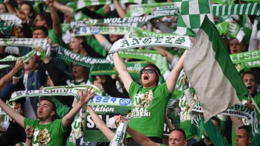 Fans vom VfL Wolfsburg feuern ihre Mannschaft an.